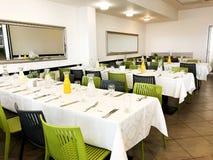 纳哈里亚, ISRAEL-MARCH 10日2018年:美妙地组织的活动-服务的欢乐白色桌准备好客人 事件在餐馆 库存照片