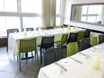 纳哈里亚, ISRAEL-MARCH 10日2018年:美妙地组织的活动-服务的欢乐白色桌准备好客人 事件在餐馆 图库摄影
