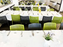 纳哈里亚, ISRAEL-MARCH 10日2018年:美妙地组织的活动-服务的欢乐白色桌准备好客人 事件在餐馆 免版税库存照片