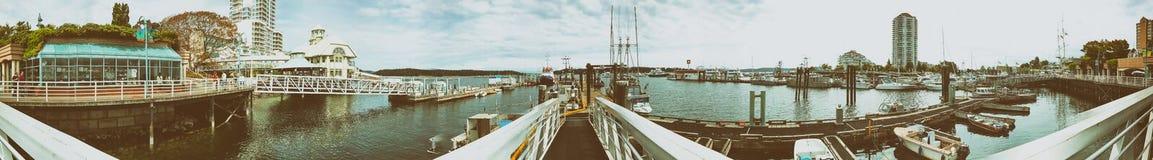 纳奈莫,加拿大- 2017年8月14日:有游人的城市港口 n 图库摄影