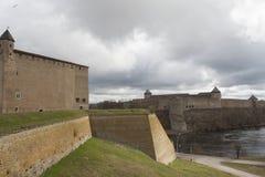 纳尔瓦城堡和Ivangorod堡垒 免版税图库摄影