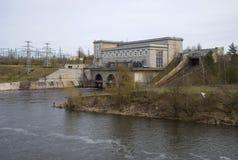 纳尔瓦能源厂的看法在一多云天 列宁格勒地区,俄罗斯 库存图片