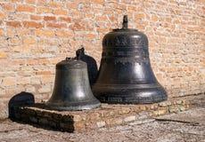 纳尔瓦,爱沙尼亚- 2017年3月16日:传统老教堂钟在纳尔瓦城堡 免版税库存照片