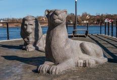 纳尔瓦,爱沙尼亚- 2017年3月16日:雕刻的小组-在散步的狮子沿纳尔瓦河 雕塑象征 库存照片