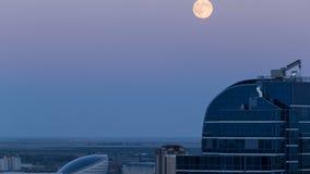 纳扎尔巴耶夫中心和蓝色塔,在日落以后与满月上升 阿斯塔纳卡扎克斯坦 股票视频