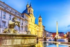 纳沃纳广场和停泊喷泉,罗马,意大利,暮色看法 免版税库存图片