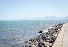 纳祖尔海岛和波浪和岩石 库存照片