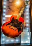 纳稀威, TN美国-有抒情歌板料的约翰尼・卡什博物馆声学吉他 库存图片