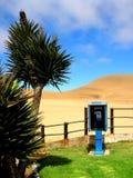 纳米比亚,蓝色公共电话电话亭在沙漠 免版税库存照片