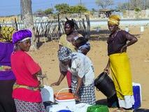 纳米比亚, Kavango, 10月15日:妇女在村庄等待的水中 Kavango是与最高的贫穷列弗的区域 库存图片