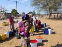 纳米比亚, Kavango, 10月15日:妇女在村庄等待的水中 Kavango是与最高的贫穷列弗的区域 库存照片