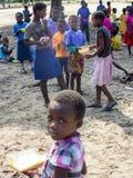纳米比亚, Kavango, 10月15日:等待午餐的纳米比亚小学生 Kavango是与最高的povert的区域 免版税库存照片