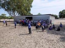 纳米比亚, Kavango, 10月15日:等待午餐的纳米比亚小学生 Kavango是与最高的povert的区域 库存照片