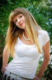纵向俏丽的妇女年轻人 免版税库存照片