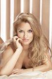 纵向典雅有吸引力白肤金发夫人摆在 免版税库存照片
