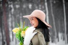纵向冬天妇女年轻人 免版税库存照片