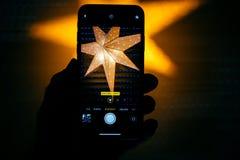 纵向印刷的自然光设置在新的苹果计算机iPh 免版税库存照片