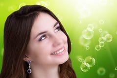 纵向女孩 护肤Face.Fresh健康皮肤Face.Young女孩用新鲜的黄瓜 免版税库存图片
