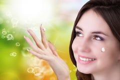 纵向女孩 护肤Face.Fresh健康皮肤Face.Young女孩用新鲜的黄瓜 库存照片