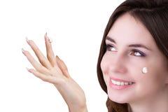 纵向女孩 护肤Face.Fresh健康皮肤Face.Young女孩用新鲜的黄瓜 库存图片