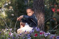 纵向女孩 背景自然 小的子项 花 免版税库存图片