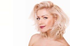 纵向嬉戏的白肤金发的妇女 免版税库存图片