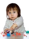 纵向小女孩使用用coloful面团 免版税库存图片