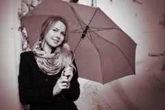 纵向微笑的伞妇女 库存照片