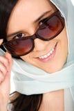 纵向微笑的太阳镜妇女 免版税库存照片