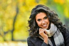 纵向微笑的妇女年轻人 免版税库存图片