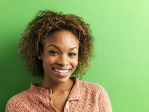 纵向微笑的妇女年轻人 免版税库存照片