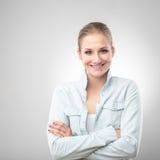 纵向微笑的白人妇女 图库摄影
