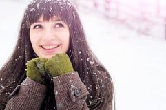 纵向微笑的雪妇女 免版税库存图片