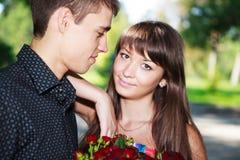 纵向恋人新夫妇在一个晴朗的夏天停放 免版税库存照片