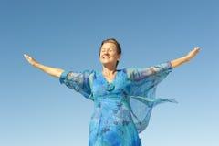 纵向愉快的成熟妇女天空 库存图片