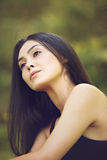 纵向接近新美丽的妇女,绿色背景的 免版税库存照片