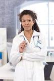 纵向有吸引力女性医生微笑 免版税库存图片