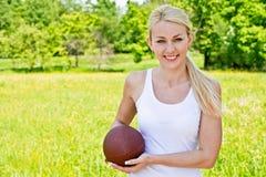 纵向橄榄球女运动员 免版税库存照片