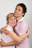 纵向母亲和儿子拥抱 免版税库存图片