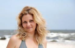 纵向海滩的秀丽妇女 免版税库存图片