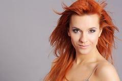 纵向红头发人妇女 免版税图库摄影