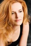 纵向红头发人浪漫性感的妇女 免版税库存照片