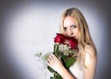纵向红色玫瑰妇女 免版税图库摄影