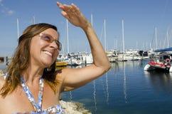纵向美丽的成熟妇女在游艇港口 免版税库存照片