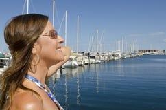 纵向美丽的成熟妇女在游艇港口 库存照片
