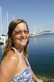 纵向美丽的成熟妇女在游艇港口 库存图片