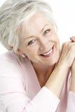 纵向高级微笑的妇女 免版税图库摄影