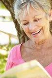 纵向高级微笑的妇女 免版税库存图片