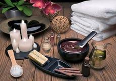 纵容 与精华油,自然肥皂,软的毛巾的温泉设置 库存照片