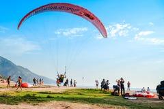 纵排滑翔伞 库存照片